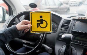В каких случаях выдают знак ручное управление на автомобиль
