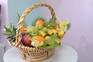 Подарочная корзина с фруктами своими руками
