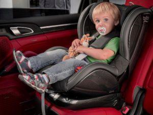 Со скольки лет можно сидеть впереди машины